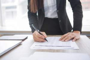 vrouw berekent de administratie en geeft financieel advies